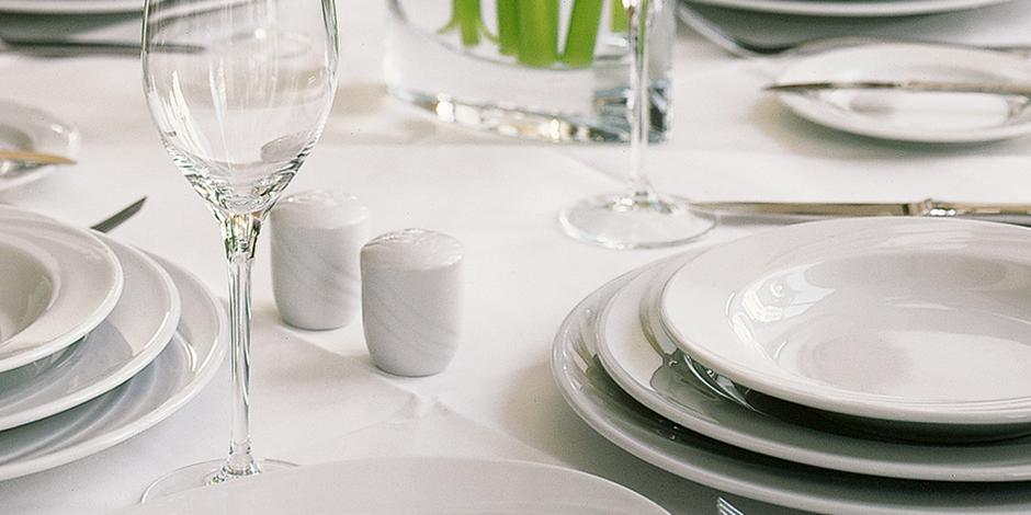 Porcellana, stoviglie, bicchieri, eventi